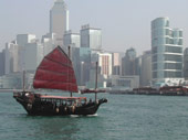 Hong Kong: Traditionelles Segelboot im Victoria Harbour
